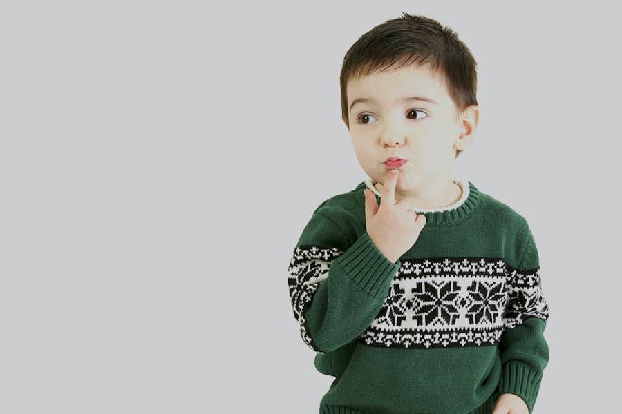 Bébé portant un pull tricoté vert à encolure ronde