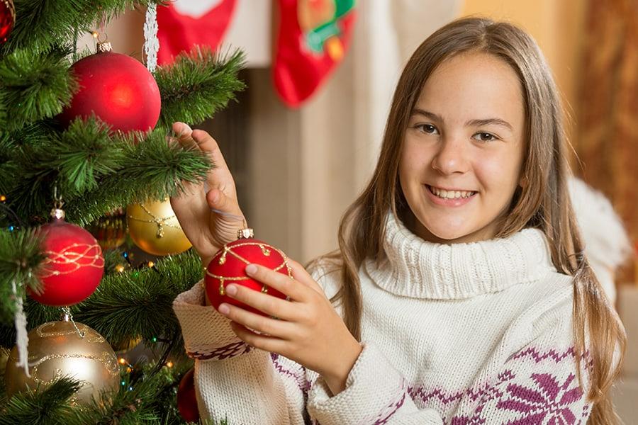 Fille portant un pull blanc col montant tricoté en grosse maille