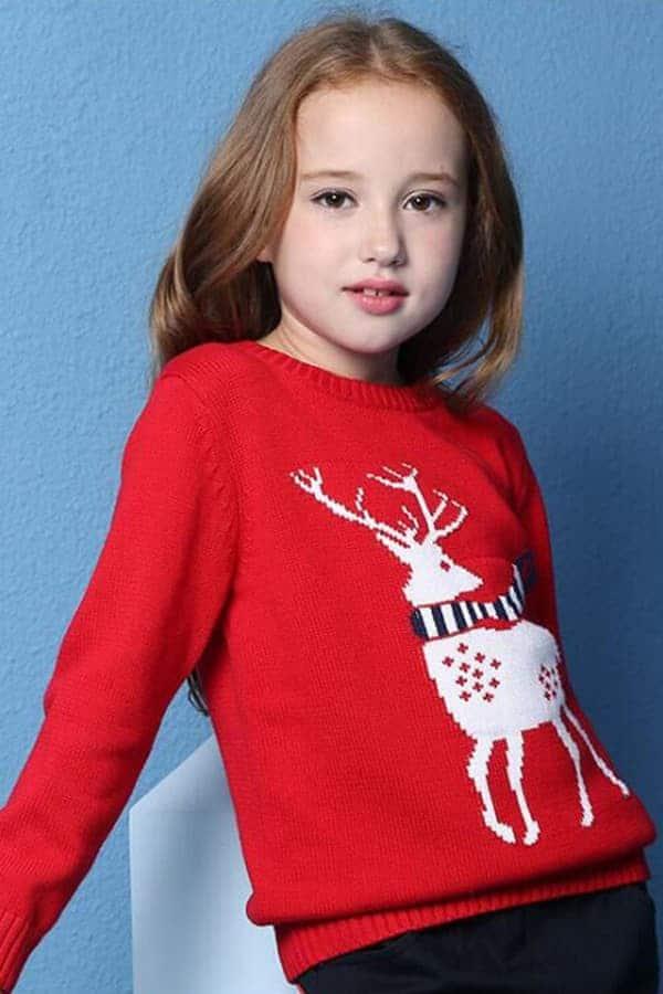 Pull Noël enfant tricoté renne rouge - Porté
