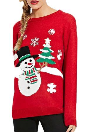 Sweatshirt femme rouge avec un bonhomme de neige et des sapins de noël - Porté