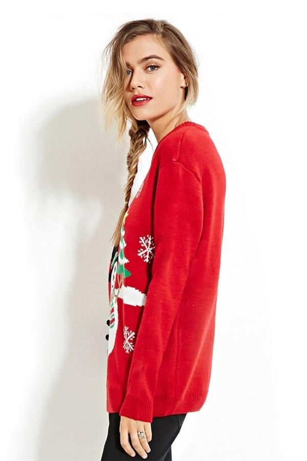Sweatshirt femme rouge avec un bonhomme de neige et des sapins de noël - vue de coté