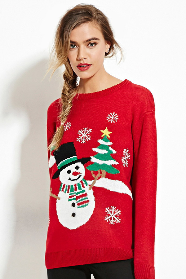 Sweatshirt femme rouge avec un bonhomme de neige et des sapins de noël