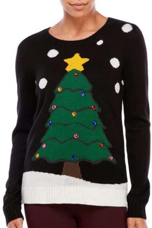 Pull moche femme avec un sapin de Noël et des flocons - porté